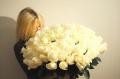 Лица блондинок с букетами цветов