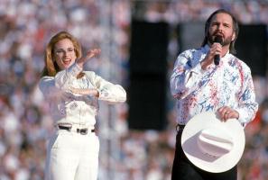 Garth Brooks sings the National Anthem